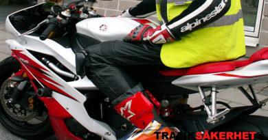 Är det tillåtet för en motorcykel att köra om på höger sida?